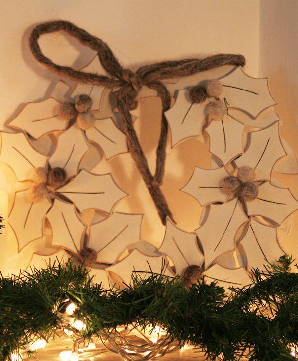 Ghirlande natalizie con agrifoglio in legno dipinto di bianco