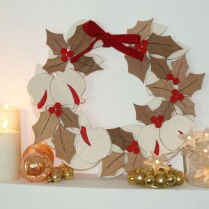 Decorazione natalizia in legno naturale con agrifoglio e melograno