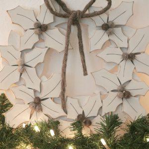 Ghirlande natalizie con agrifoglio in legno dipinto per decorare la casa