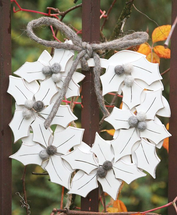 Corona natalizia con agrifoglio in legno personalizzabile nei colori