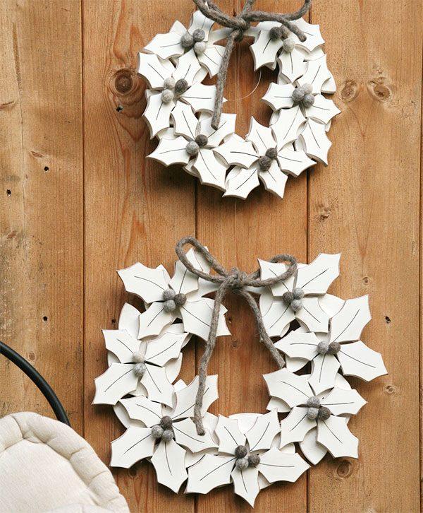 Ghirlande natalizie con agrifoglio in legno dipinto