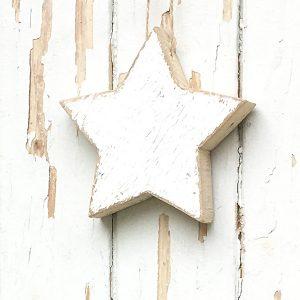 Stella da appendere in legno di recupero dipinta di bianco