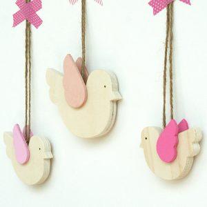 Uccellini in legno con ali rosa per la cameretta dei bambini