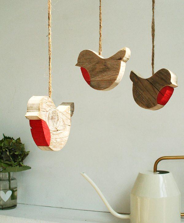 Pettirossi in legno di recupero da appendere in casa