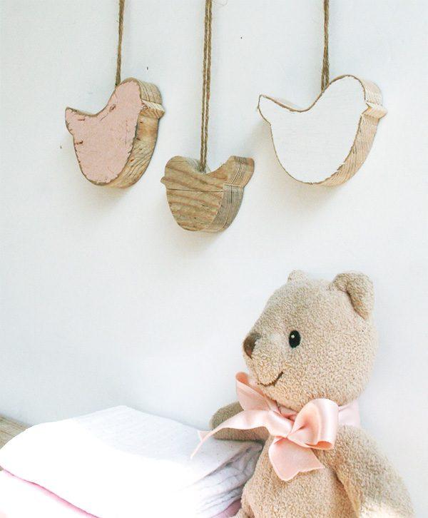 Uccellini in legno di recupero colorati per camera bambina