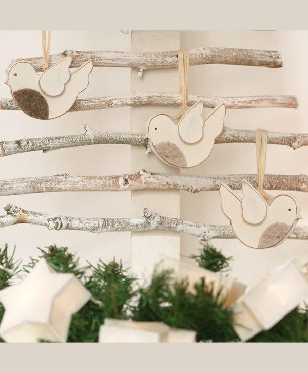 Abete di natale in legno di recupero con uccellini con il petto in feltro