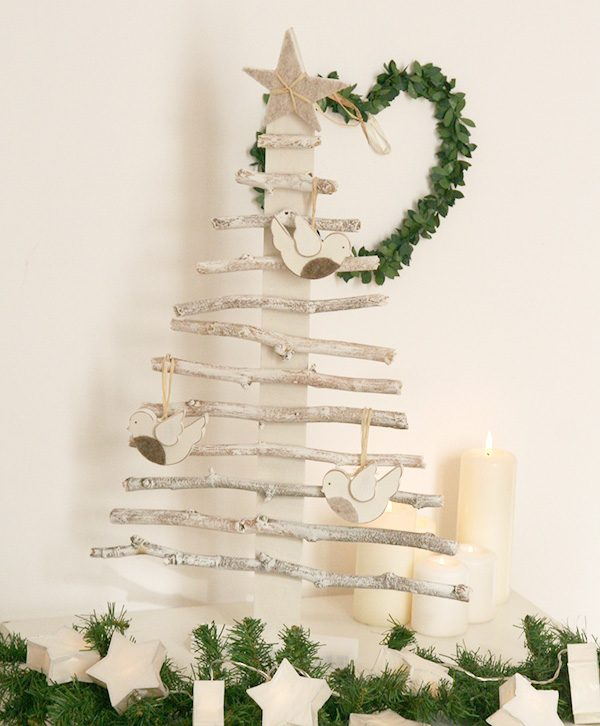 Albero di Natale con rami in legno e con pettirossi in legno