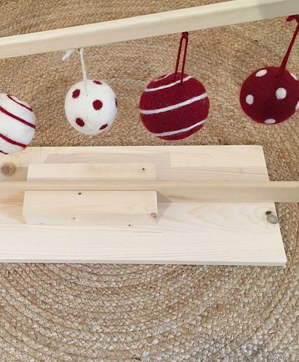 Albero di Natale fatto da doghe leggere in legno naturale