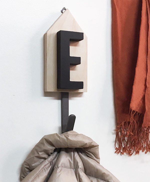 Casetta appendiabiti personalizzabile con il nome in legno