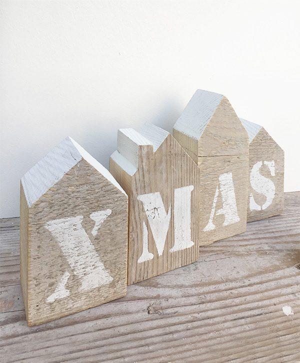 Casette natalizie in legno di recupero per decorare la tavola di natale