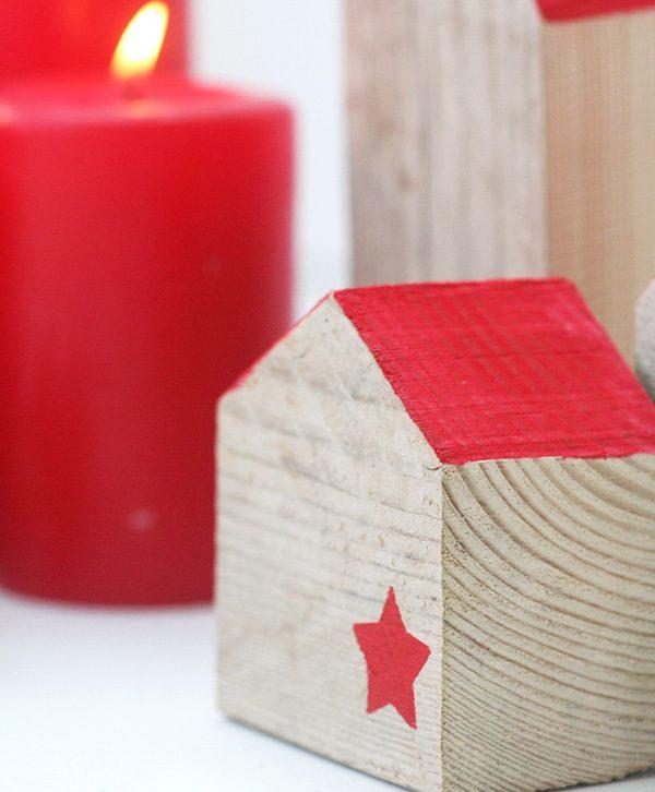 Casette decorazioni natalizie in legno di recupero con tetto rosso e stellina