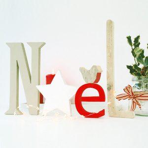 Scritta Noel in legno con stella e pettirosso