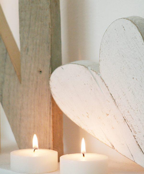 Lettere e cuore in legno di recupero per scritte natalizie