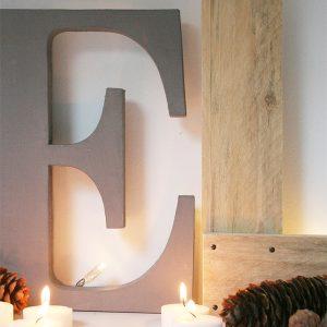 Lettere in legno naturale e dipinte per comporre scritte