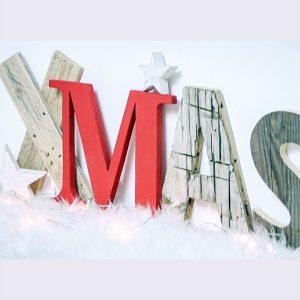 Scritta Xmas in legno di recupero per la casa di Natale