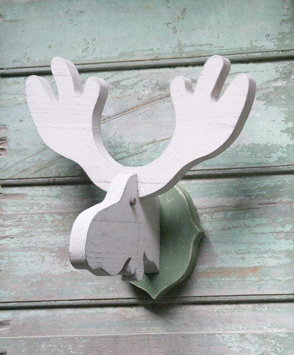 Trofeo in legno dipinto a forma di testa di alce