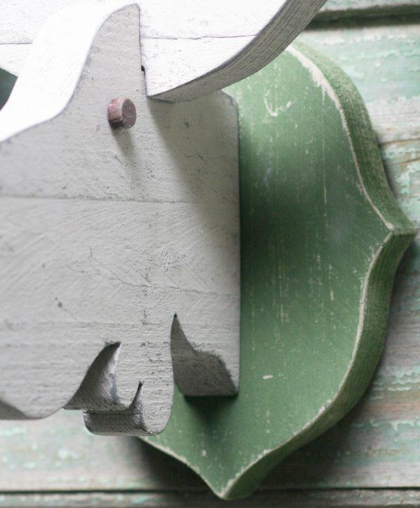 Testa di alce in legno di recupero dipinto in stile shabby