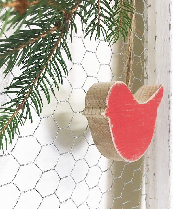Uccellino in legno di recupero dipinto di rosso per decorare il natale