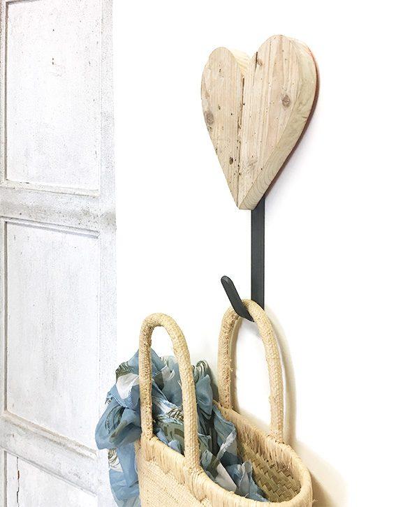 Appendiabiti a scelta con cuore in legno di recupero naturale o colorato