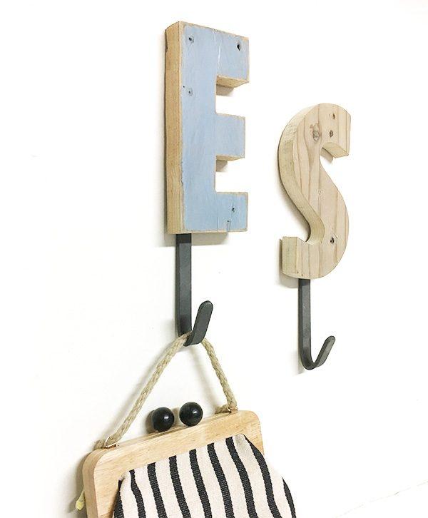 Appendiabiti personalizzabile con lettera a scelta in legno di recupero naturale o colorato