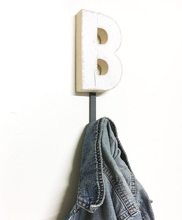 Appendiabiti personalizzabile con lettera a scelta in legno di recupero colorato