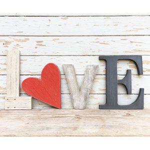 Scritta LOVE in legno di recupero naturale e cuore colorato