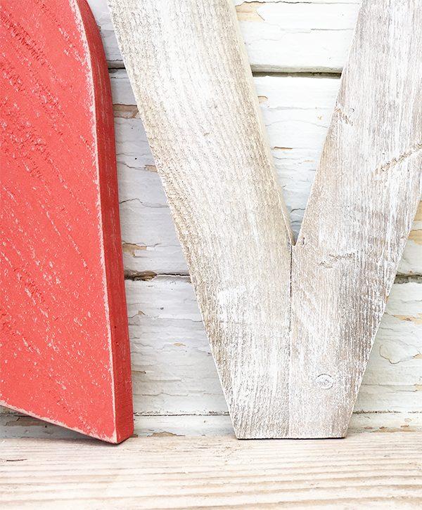 Scritta LOVE con lettere e cuore in legno di recupero