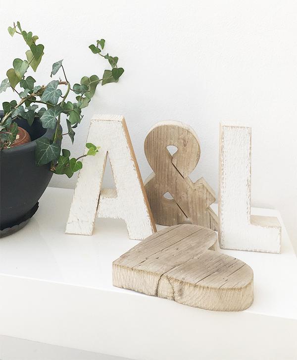 Iniziali e cuore per la coppia di sposi in legno di recupero dipinte e naturali
