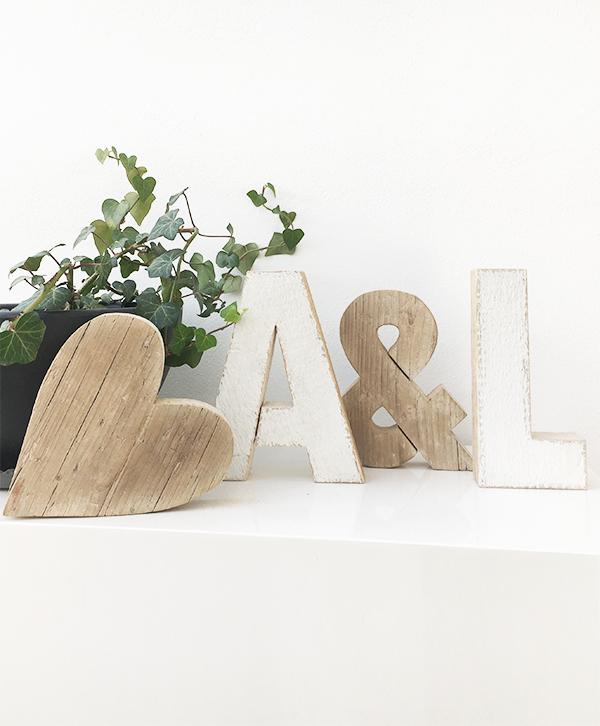 Iniziali e cuore in legno di recupero dipinte e naturali