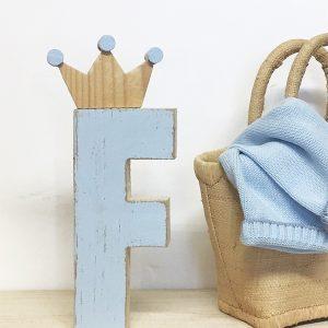 Iniziale in legno con decorazione per cameretta bambino