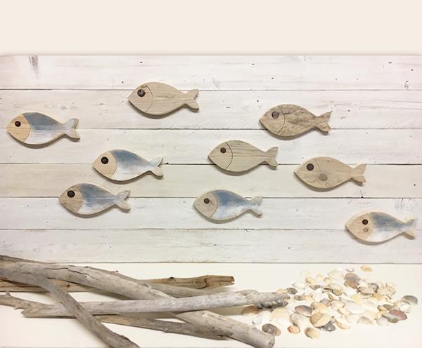 Pannello con pesci in legno di recupero per il mare
