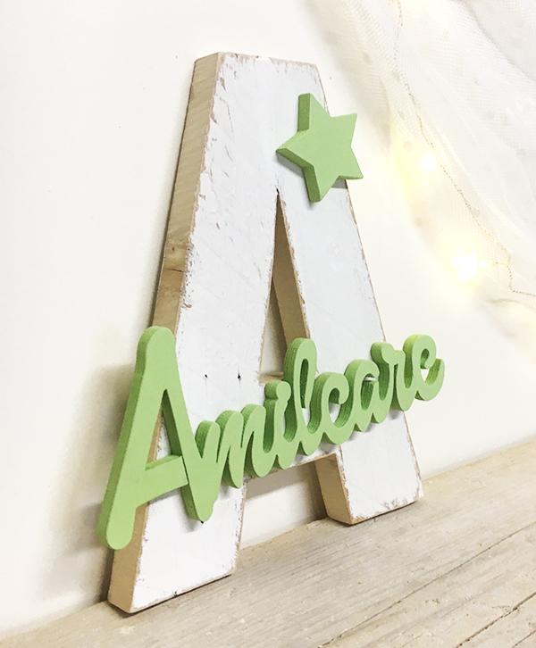Iniziale in legno con nome bambino e decorazione in legno di recupero