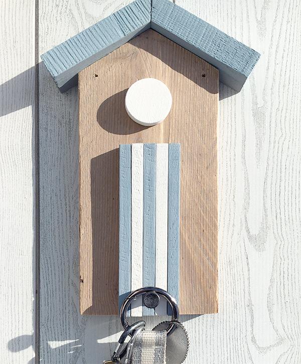 Cabina in legno di recupero con pomolo appendiabiti per la casa al mare
