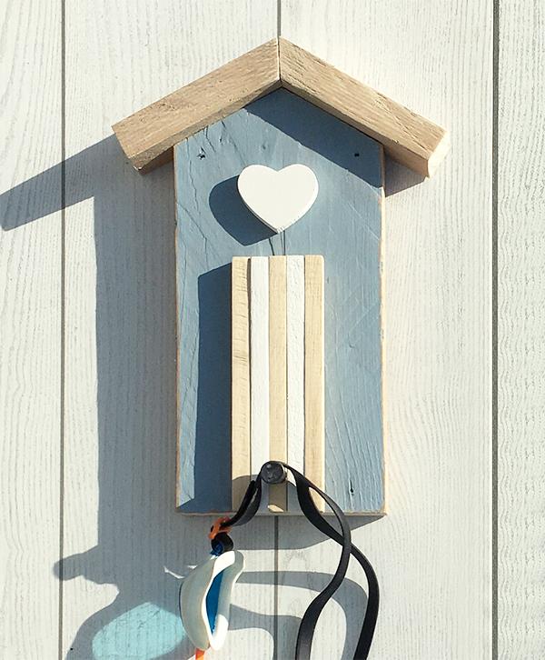 Cabina in legno con pomolo appendiabiti per la casa al mare