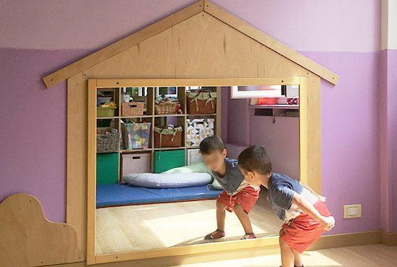 Asilo nido: casetta in legno con specchio
