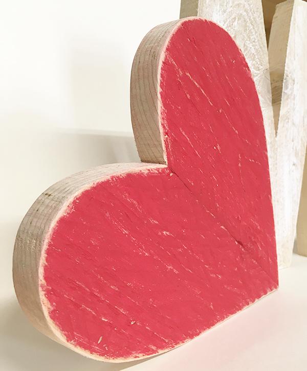 Cuore in legno di recupero dipinto per decorare la casa