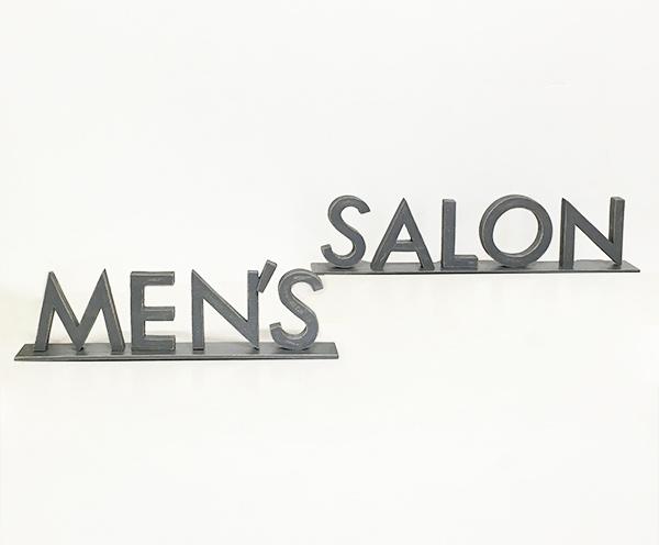 Riproduzione su misura in legno del logo per un negozio di barbiere
