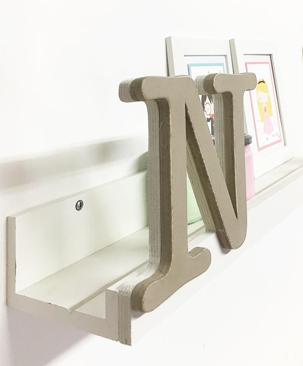 Mensola in legno personalizzabile con iniziale e decorazioni