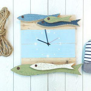 Orologio con acciughe in legno per la casa al mare
