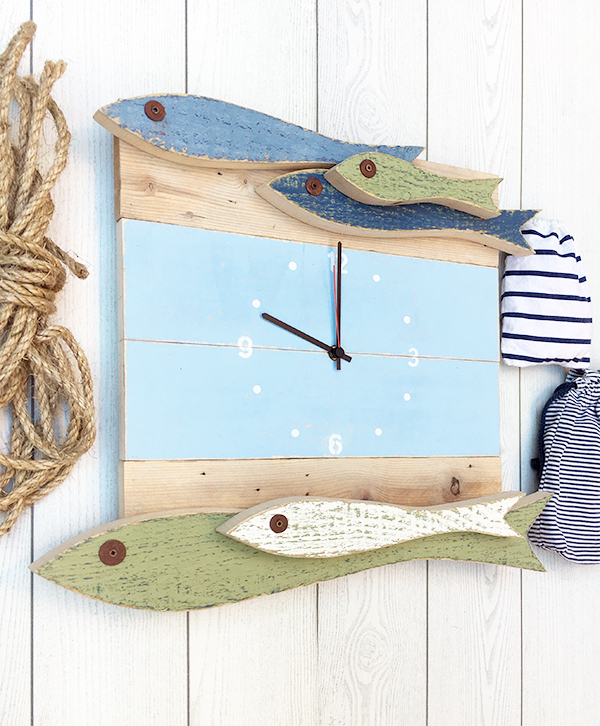 Orologio con acciughe in legno di recupero colorato per la casa al mare