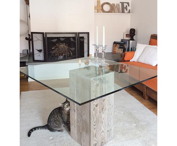 Tavolo con base in legno di recupero su misura e piano in cristallo