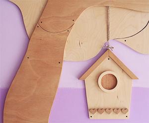 Decorare un asilo con la casetta degli uccellini in legno