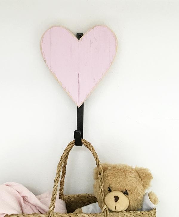 Appendiabiti per bambini con cuore in legno per un regalo personalizzato