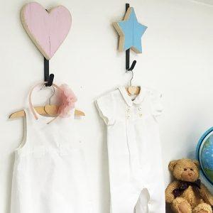 Appendiabiti per bambini con cuore e stella in legno personalizzabile
