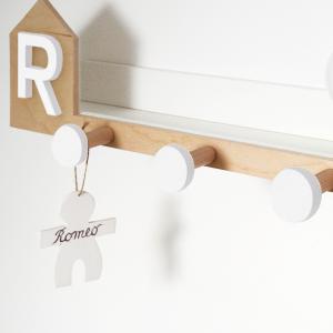 Mensola a forma di casetta personalizzabile con iniziale e pomoli in legno