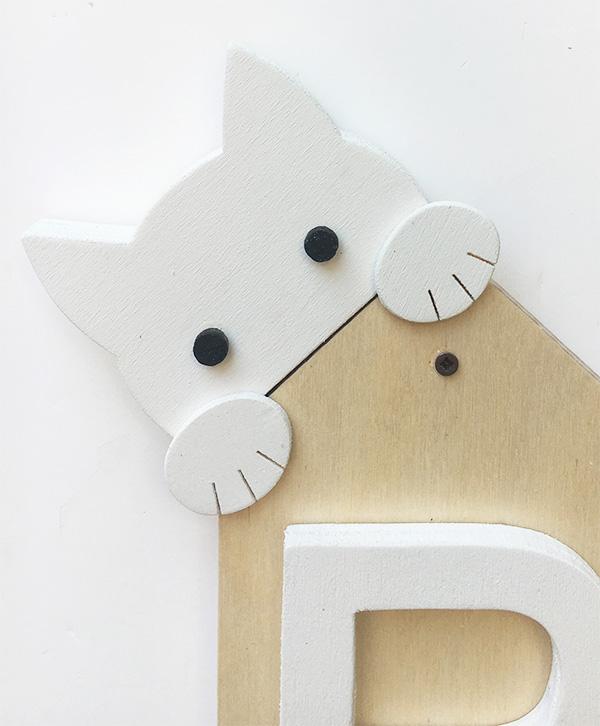 Gattino in legno per decorare appendiabiti personalizzato con iniziale