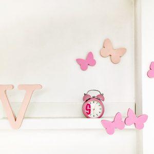 Mensola per bambina con iniziale e farfalline per una cameretta personalizzata